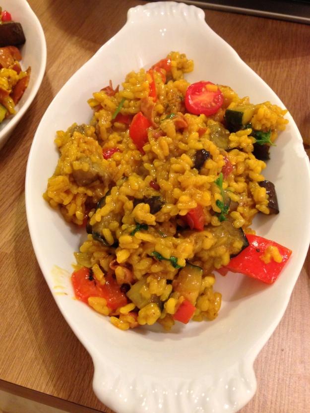 Paella con verduras y jamón serrano...